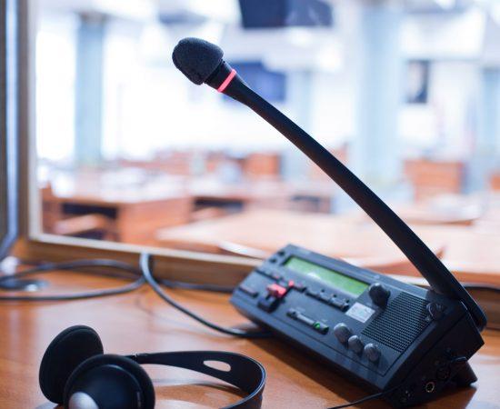 interpreting-microphone-and-switchboard-in-an-simu-PFXGRJE (1)